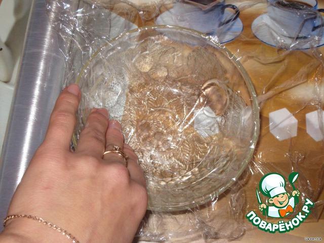 Также подготовить форму, куда сыр будем заливать.   Я беру салатницу, прокладываю изнутри пищевой пленкой и немного смазываю растительным маслом пленку. Форму можно брать любую.