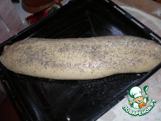 Нагреть духовку до 180 градусов.    Смазать рулет яйцом и посыпать маком.