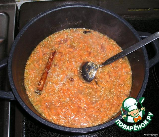 Добавьте горячую воду и оставшиеся компоненты, усильте огонь и доведите до кипения. Воду можно предварительно вскипятить в чайнике.