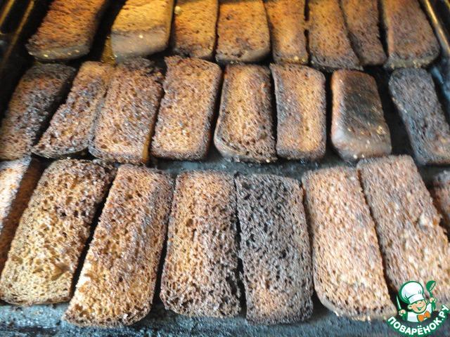 Очень важный момент - засушить нужно до легкого подгорания. Не совсем в угли, но чернота на кусочках должна быть. Это дает вкус и цвет будущему квасу.