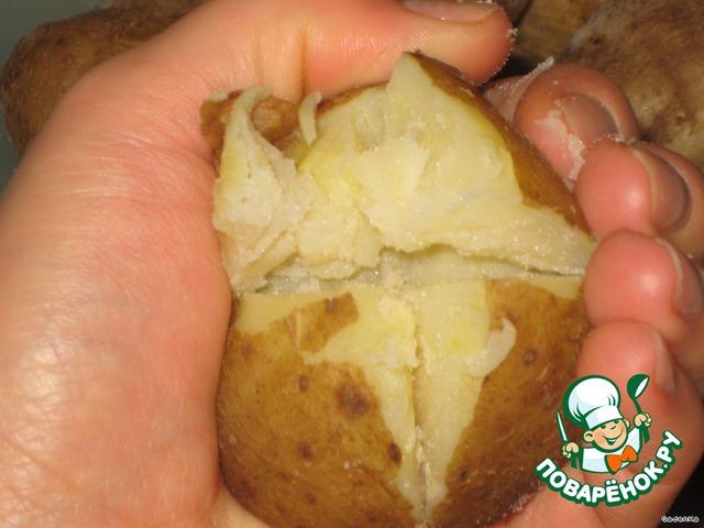 Остывший картофель с одной стороны надрезать в виде креста, примерно на половину в глубину.   Затем взять в руку и слегка сдавить, чтобы он как бы раскрылся, можно помочь пальцем, сделать внутри углубление.