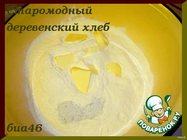 В большую миску просеиваем муку, добавляем соль и сливочное масло, порезанное кусочками, руками перетираем масло с мукой и солью. Делаем опару:дрожжи крошим в тарелку, кладем мед и вливаем 100 мл теплой воды, хорошо перемешиваем и даем минут 10-15 постоять.
