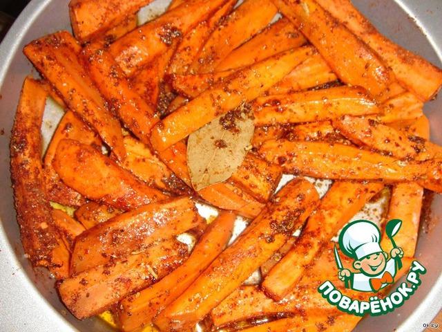 Разложить морковь в форме для запекания, добавить растительное и сливочное масло. Жарить в разогретой до 200 градусов духовке 15-20 минут.    Растереть в ступке кориандр, кардамон, зиру, перец, паприку и корицу. Посыпать пряной смесью морковь, добавить лавровый лист и слегка встряхнуть форму. Снова поставить в духовку и запекать до готовности.