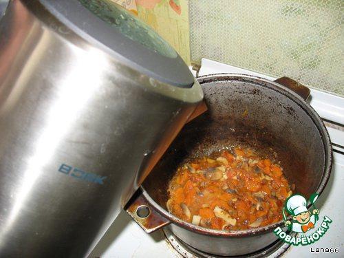 Влить горячей воды. Довести до кипения.