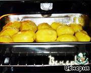 """и запекать в хорошо нагретой духовке на максимальной мощности 30-40 мин. - до образования красивой румяной корочки, при этом 2-3 раза переворачивая картофель.       А теперь открою секрет: именно благодаря заморозке картофель после запекания внутри становится, как пюре.    Источник рецепта - форум """"Bкусняшка""""."""
