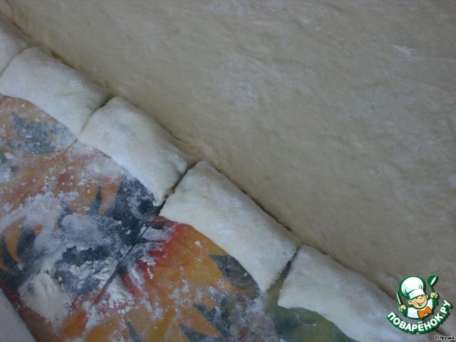 И разрезаем на кусочки 5-7 см.   Потом опять на край пласта выкладываем грибочки и заворачиваем в рулетик. И так, пока не закончится тесто.