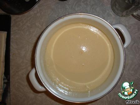 Постепенно вливаем молоко и интенсивно размешиваем, чтобы не было комочков. Туда же добавляем растительное масло.