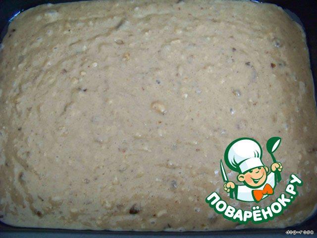 И готовим тесто. Сахар и масло смешиваем, добавляем орехи и сухофрукты, яблочный сок (или холодный чай), соль, соду (погашенную лимонным соком или уксусом), ванилин, корицу. Все хорошо перемешиваем. Всыпаем муку, замешиваем тесто. Выкладываем в смазанную маслом форму.