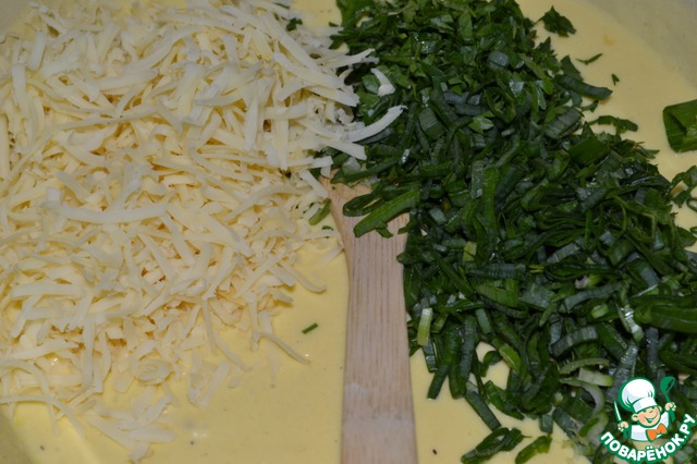 """Зеленый лук и петрушку мелко порезать, добавить к тесту, всыпать сыр. Тесто хорошо перемешать и убрать """"отдыхать"""" на 5-10 мин."""