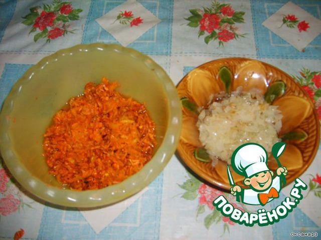 Лук и морковь обжарить отдельно до готовности на растительном масле.