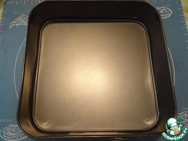 Для выпечки этого пирога я использую квадратную форму размером 28*28 см, можно использовать и круглую форму.