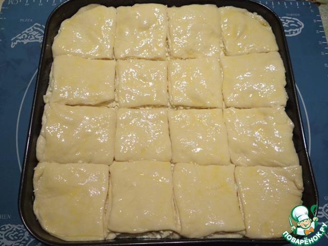Аккуратно смазываю верх пирога взбитым желтком.