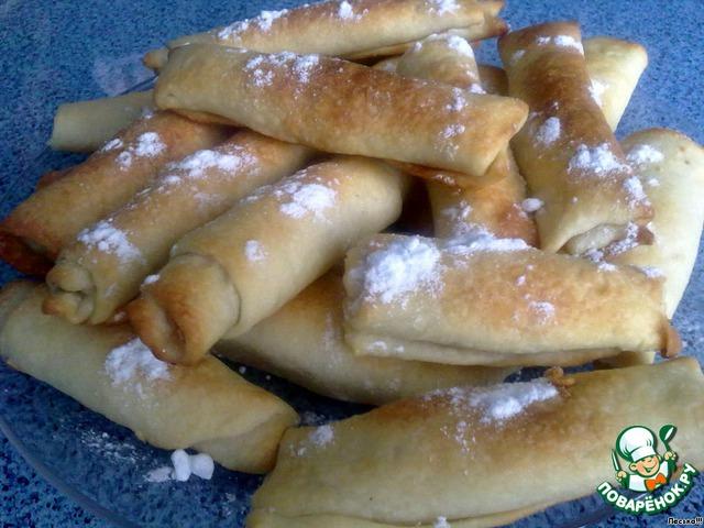 Готовые трубочки посыпать сахарной пудрой. Они получились не приторные, но вкусненькие и приятные на вкус.