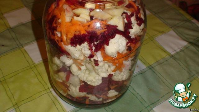 Капусту укладывать слоями в кастрюлю или банку, чередуя морковью, свеклой и чесноком, посыпая перцем.
