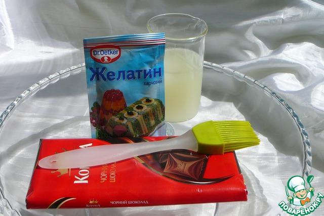 Чем качественнее шоколад, тем эластичнее рабочая масса. Сыворотку обязательно пробуем на вкус, чтобы излишне кислый или старый продукт не испортил вкус будущей глазури. Интересный момент, именно сыворотка дает столь желанный блеск нашему покрытию. Я пробовала другие варианты – воду, молоко, сливки. Не тот эффект!