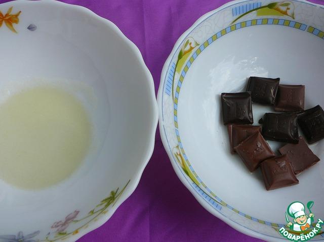 Заливаем желатин сывороткой, даем ему время увеличиться в объеме. Затем плавим шоколад, соединяем с желатиновой массой, активно размешиваем.