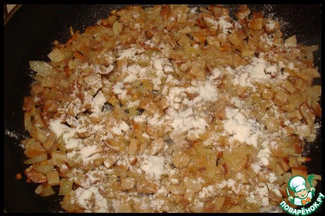 На небольшом количестве растительного масла (можно после жарки рулетиков) пассеруем лук, добавляем грибы, слегка протушить.   Добавить муку и хорошенько перемешать до её равномерного распределения.