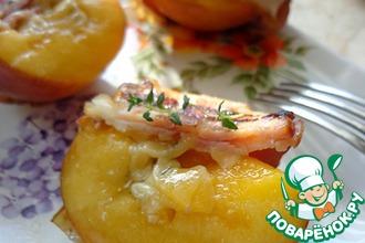 Персики-гриль с сыром и беконом