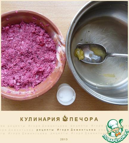 В кастрюльке, в небольшом количестве воды разводим мед (по вкусу, солим (по желанию) и перемешиваем с тертым хреном.