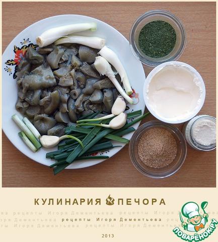 Нужно:   Собственно соленые грузди настоящие (предпочтительнее) или иные соленые грибы.    Чеснок и его стрелки.    Лук репчатый и перьевой.    Сушеная зелень петрушки (предпочтительнее) или мелко рубленная в блендере свежая.    Сухарная крошка.    Сметана.    Хрен консервированный (предпочтительнее) или свежий.