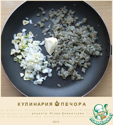 Грибы как можно мельче изрубить, обжарить на сковороде на сливочном масле (!)