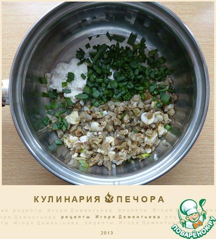 В кастрюлю с толстым дном выложить грибы, мелко рубленный зеленый лук, хрен,