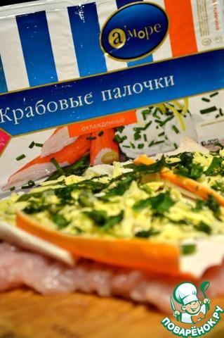 На крабовые палочки выложить сыр, присыпать зеленью