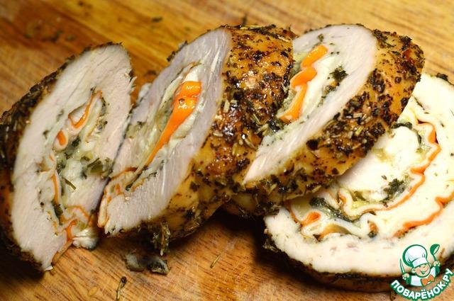 Нарезаем на порционные кусочки шириной около 1-1,5см и подаем к столу. Если Вы хотите использовать рулет в качестве закуски или как полезное мясо для бутербродов, то следует дождаться его остывания и нарезать тоньше. В таком случае в качестве дополнительного соуса отлично подойдет зернистая горчица.