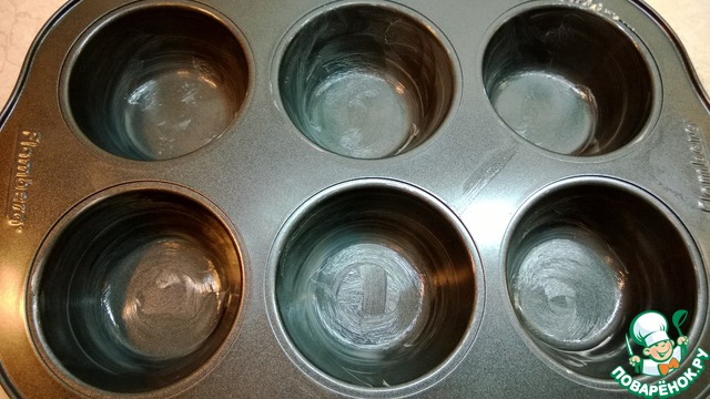 Формы смазываем сливочным маслом. В каждую поместить по одной столовой ложке теста.