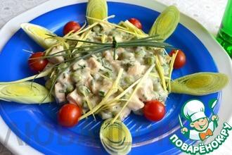 Салат с курицей, сыром и зелёным горошком