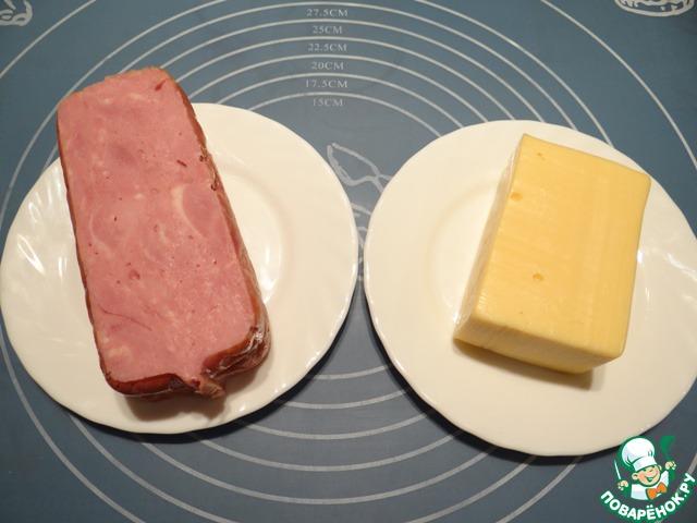 Для приготовления этих булочек понадобится ветчина прямоугольной формы (у меня размер - 5*12,5 см) и твердый сыр.