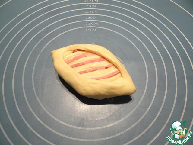 Острым ножом или специальным лезвием делаю надрез по середине булочки как на фото и чуть раскрываю серединку.