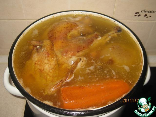 """Мясо тщательно моем холодной водой. Складываем в кастрюлю (у меня 9-литровая). Добавляем очищенные лук и морковь. Заливаем холодной водой. Изначально вода может не полностью покрыть мясо. В процессе варки оно """"усядет"""".     Доводим до кипения на среднем огне. Тщательно снимаем пену по мере образования. Как только бульон закипит, уменьшаем максимально огонь. Накрываем крышкой (желательно прозрачной) и варим 6 часов. Затем солим и варим ещё 1 час."""