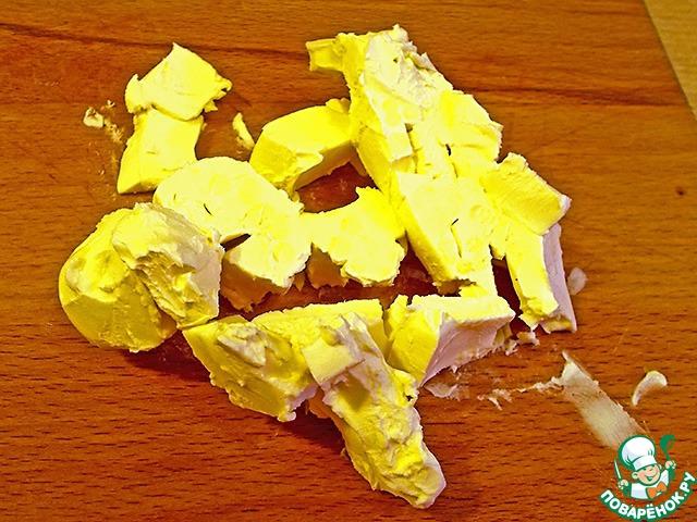 """Холодное масло режем на кусочки. Обычно в творожное тесто кладут масла в два раза больше. Мы же значительно уменьшим содержание масла. До """"дальше"""" уменьшать уже нельзя - будет невкусно. Сахара в тесте нет, яиц тоже нет."""