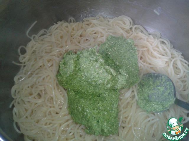 Добавляем соус к сваренным горячим спагетти, хорошенько перемешиваем.