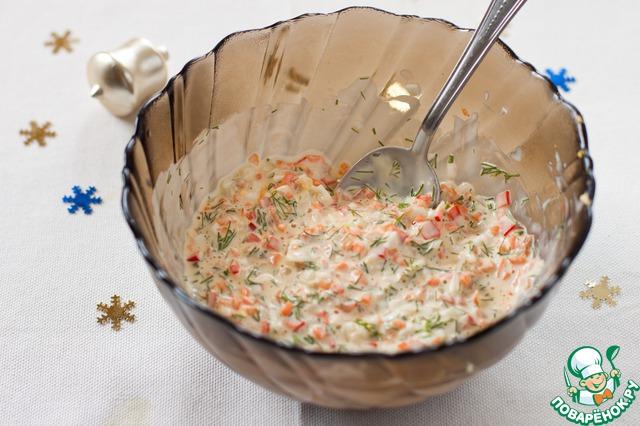 В миске смешать все нарезанные овощи и яйца, добавить желированный майонез и перемешать. выправить на соль, перец. Делайте поправку на соленость сельди. Убрать в холод, начинка должна хорошо загустеть.