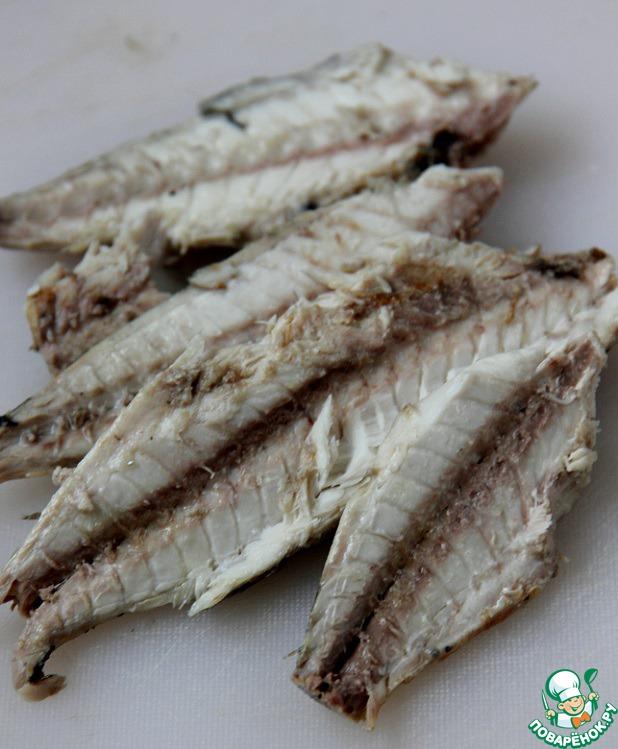 Затем достать рыбу, немного остудить, снять шкуру и тщательно удалить кости.    Рыбный бульон процедить, он нам еще пригодится.     Скумбрию размять вилкой (не блендером!).