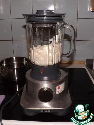 Как только масса остыла, загружаем ее в блендер, если его нет, оставляем в миске и смешиваем миксером.   Все остальное (масло, уксус, горчицу, соль и сахар) я добавляю постепенно, чтобы отрегулировать вкус.