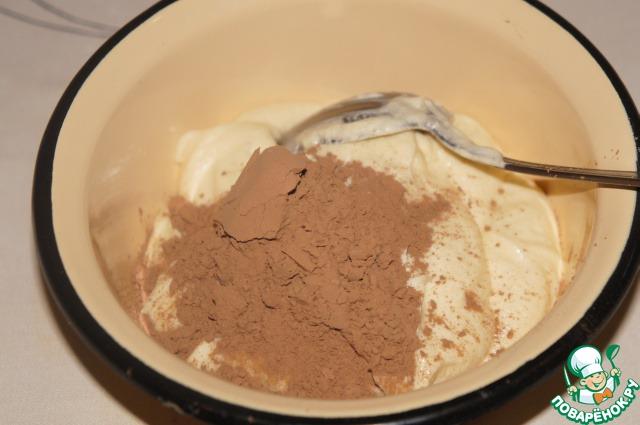 Отложить в отдельную миску 3-4 ст. л. теста, добавить к нему какао и тщательно перемешать.