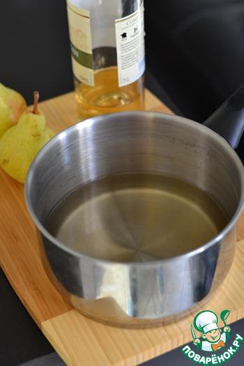 В кастрюлю налить белое вино и воду. Поставить на огонь и довести до кипения.