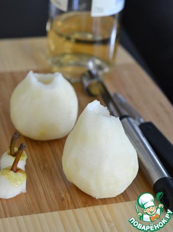 В это время почистить груши: очистить кожицу, убрать сердцевину. Верхушки груш не выбрасывать, они понадобятся для украшения.