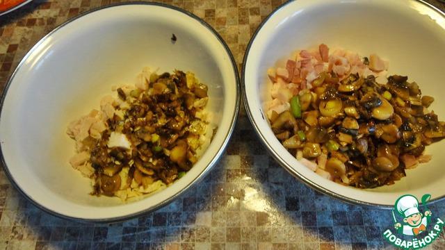 Жареные грибочки разделить пополам и положить отдельно к курице и к ветчине. А можно и всё вместе смешать, если вера позволяет.