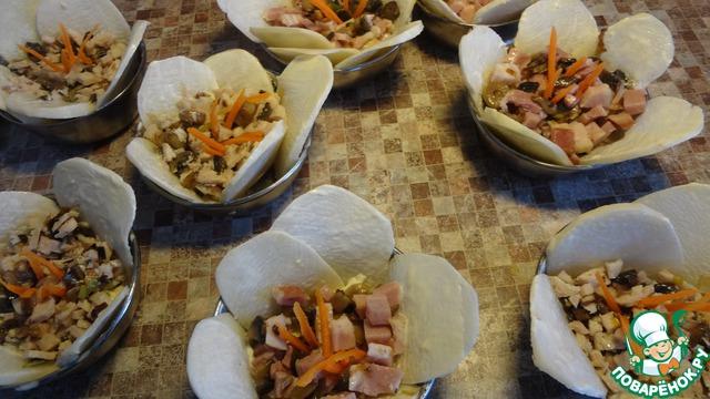 Сверху равномерно уложить фарш из грибов и мяса. Воткнуть морковки-тычинки.