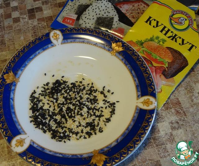 Приготовить смесь из чёрного и белого кунжута (можно только один белый, чёрный редко бывает в продаже). Посыпать кунжут сверху на фарш из грибов и мяса.