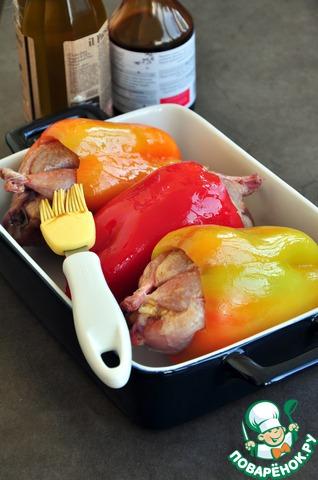 Смазать перцы оливковым маслом, ножки перепелок смазать темным соевым соусом. Запекать при 180* 40-50 минут ( или до готовности согласно инструкции своей духовки). Минут за 5-7 до окончания приготовления, включить режим конвекции, чтобы зарумянился перец и ножки перепелов.    Перед подачей снять кожицу с перцев.    Подавать с брусничным соусом, смешанным с оливковым маслом, морской солью и черным молотым перцем, также очень вкусно с помидорами черри.