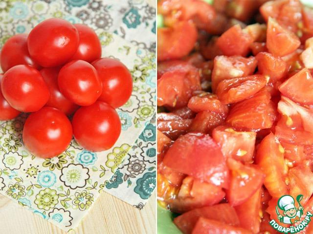 Для начала подготовим помидоры. Их необходимо помыть, ошпарить, избавить от кожуры и порубить на среднего размера кусочки.