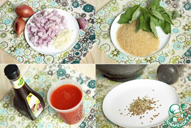 Далее подготовим остальные ингредиенты: лук (я брала шалот, еще отлично будет красный) и чеснок мелко порежем, достанем уксус, отмерим томатный сок, сахар, промоем базилик и немного перетрем в ступке фенхель и кориандр.