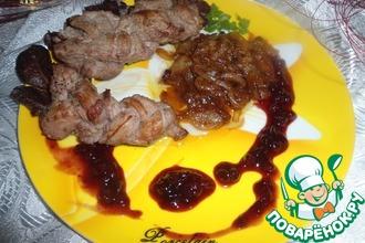 Коса-мясная краса под гранатово-брусничным соусом с карамелизированным луком