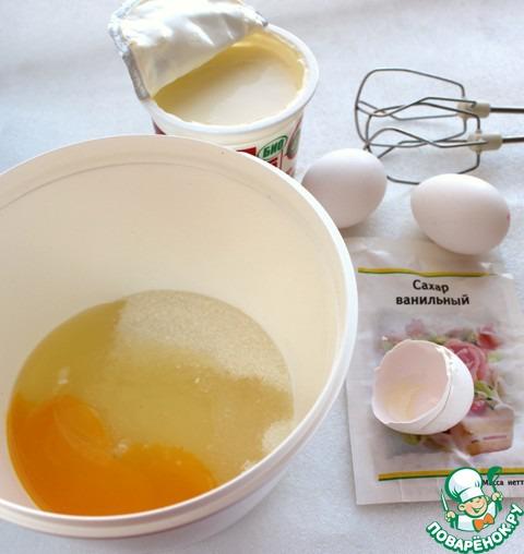 Сахар, яйца, ванильный сахар взбить в пышную массу. Добавить сметану, хорошо размешать.