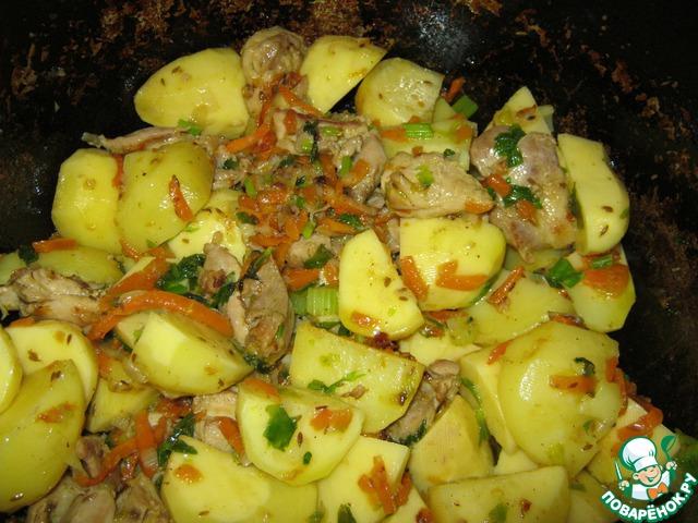 2 крупных луковицы или 3 средних. Шинкуем крупными полукольцами и добавляем к мясу. Морковь крупную шинкуем соломкой. Всё хорошенько перемешиваем, тушим. Добавляем сельдерей. Когда лук и морковь осядут, кидаем в казан крупно порезанный картофель. Перемешиваем. Обжариваем около 15 минут и заливаем водой до полного покрытия картофеля.